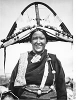 Shigatse. Sister of Möndro wearing the pakor, headdress of the women of Tsang.